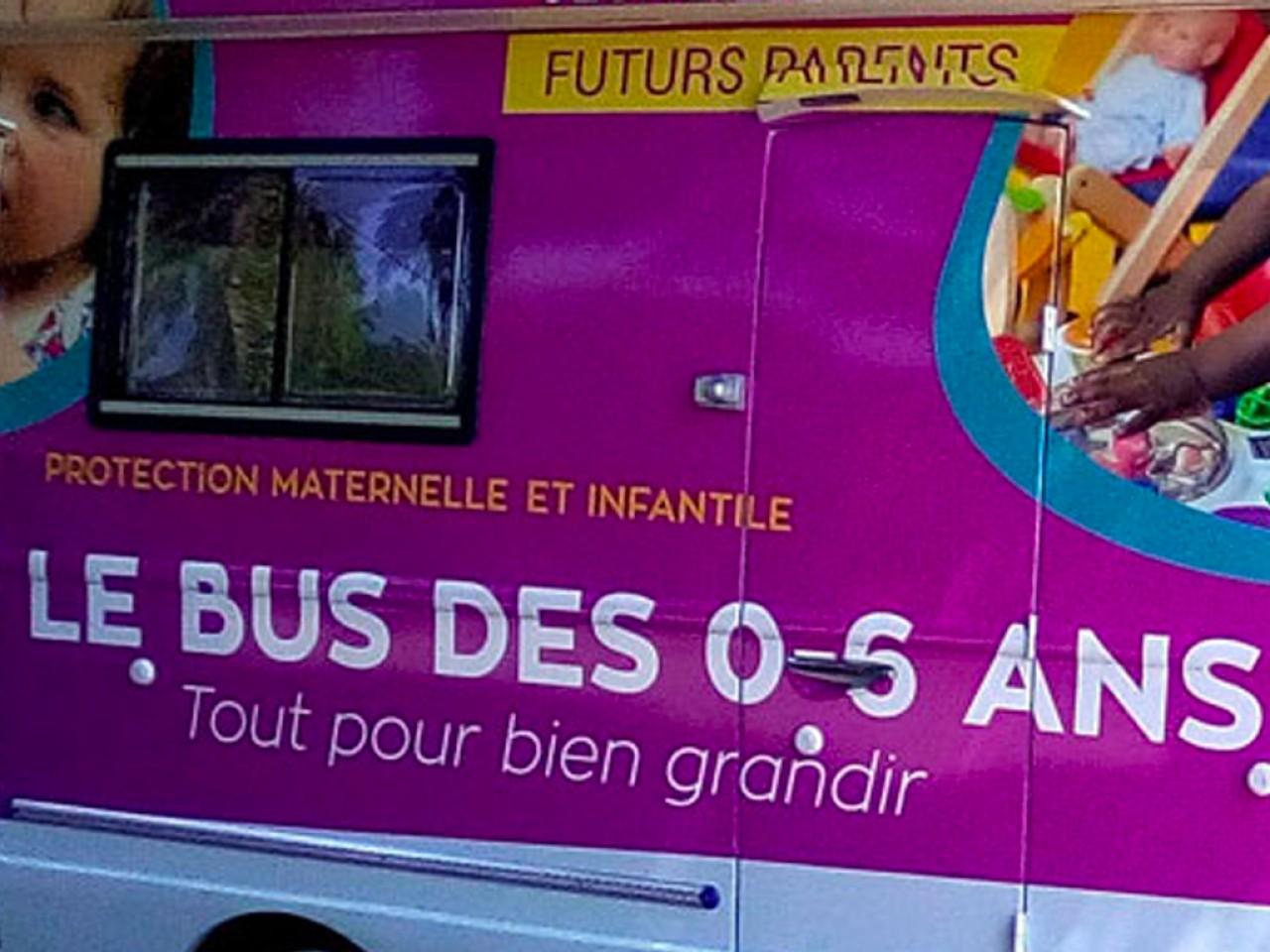 Un bus de la PMI du Calvados propose des consultations itinérantes pour les jeunes enfants