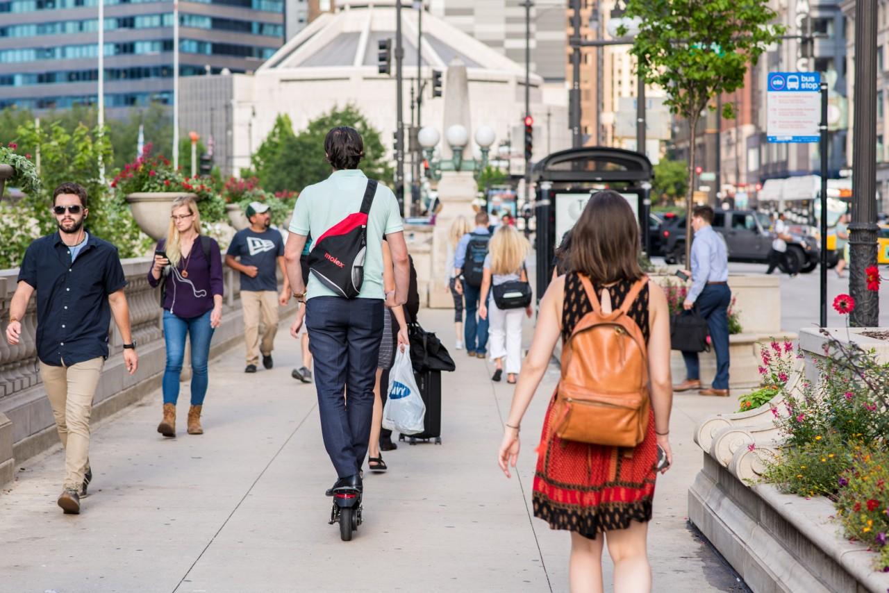 Trottinettes et gyropodes sur les trottoirs : que dit la législation pour l'utilisation des NVEI?