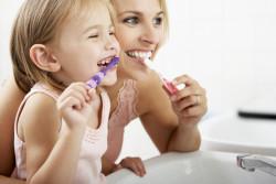 Du dioxyde de titane dans un dentifrice pour enfants sur deux