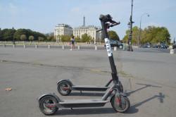 Trottinettes interdites de stationner sur les trottoirs à Paris