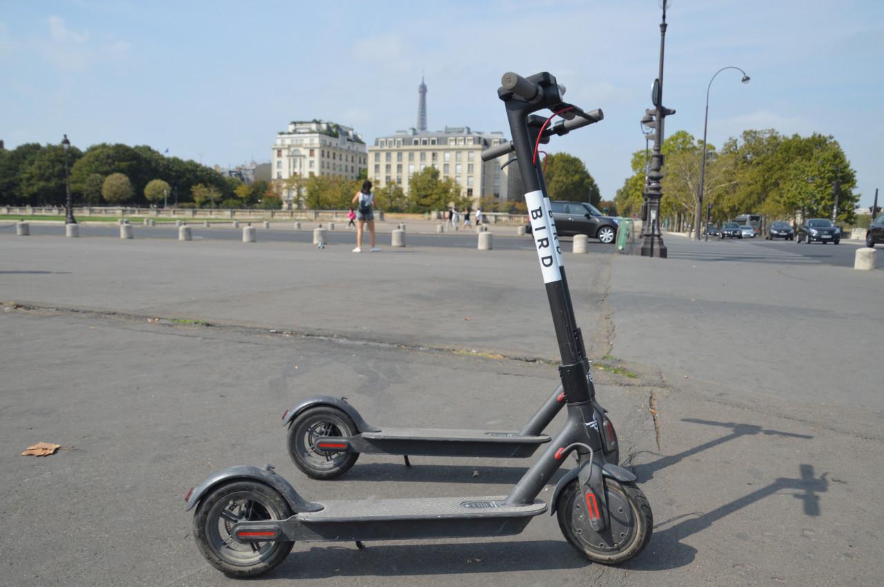 Les trottinettes interdites de stationnement sur les trottoirs parisiens