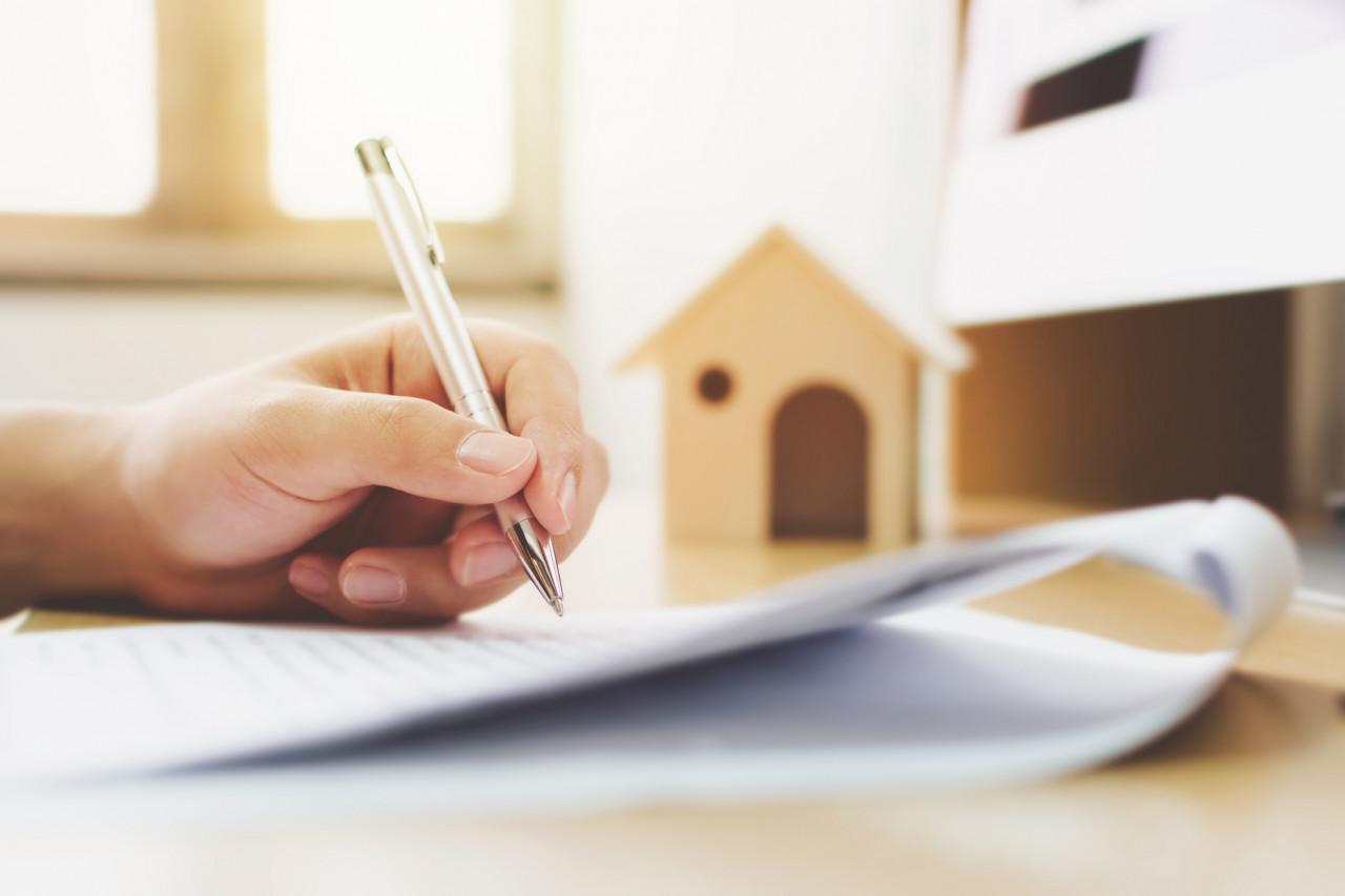 Le recours à un préavis de location réduit doit être justifié au moment de l'envoi du courrier