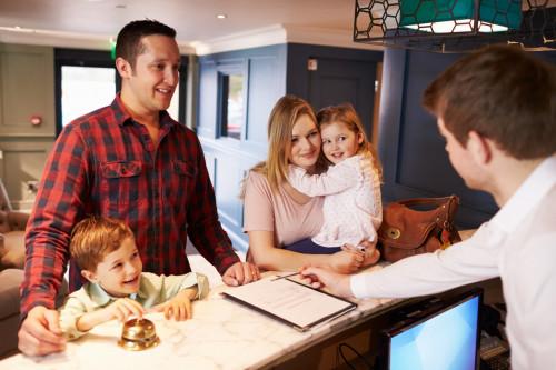Chambre d'hôtel refusée à une famille avec enfants : est-ce légal ?