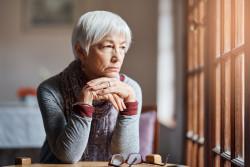 Solitude des personnes âgées dans les quartiers et petites villes