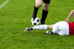 Le joueur de foot est responsable de la faute grossière qu'il commet sur un adversaire