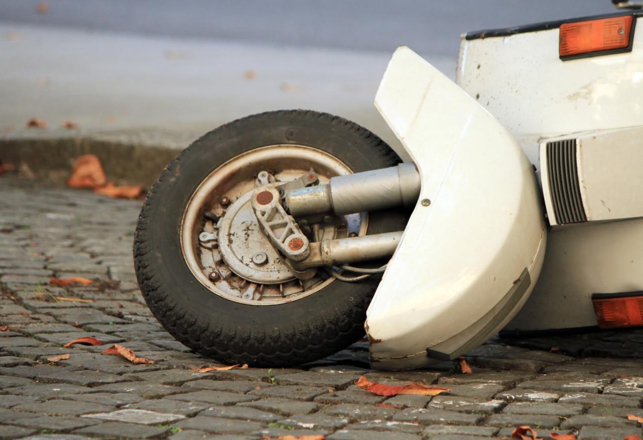 Se blesser en relevant un scooter constitue un accident de la circulation