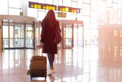Les personnes qui arrivent de l'étranger sont-elles placées en quatorzaine à leur arrivée?