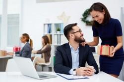 Cadeaux et bons d'achat offerts aux salariés : jusqu'à quel montant peuvent-ils être exonérés de cotisations sociales?