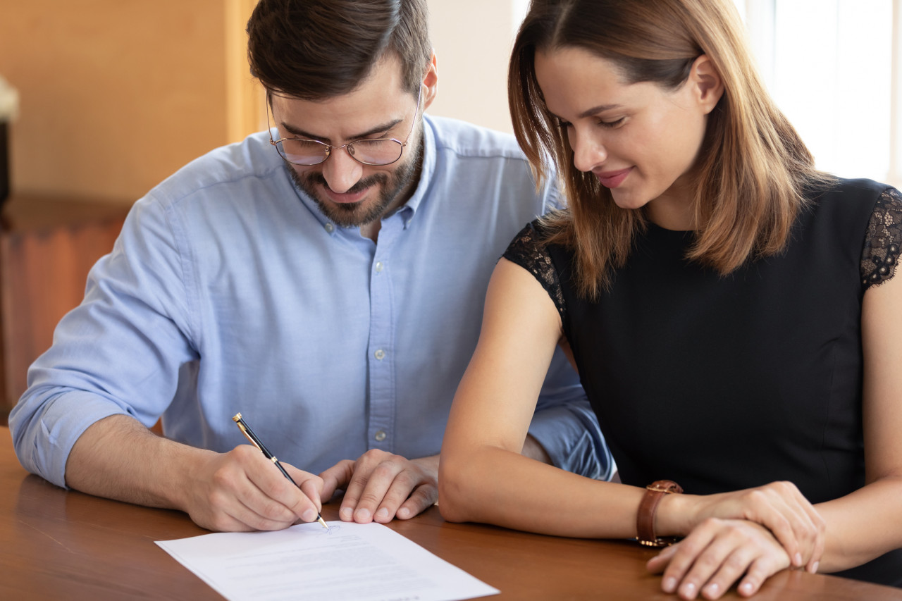 Les époux ne peuvent s'abstenir de contribuer aux charges du mariage