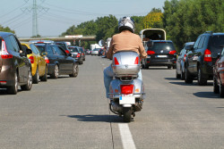 Deux-roues : circuler entre deux files de voitures de nouveau interdit