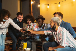 Fêtes clandestines : est-il illégal de faire une soirée chez soi ?