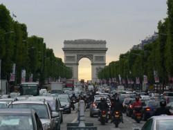 Deux roues : la circulation entre les files de véhicules bientôt autorisée?