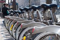 Les usagers du nouveau Vélib' à Paris s'impatientent