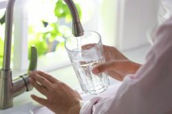 Eau du robinet : pourquoi les factures sont-elles en hausse?