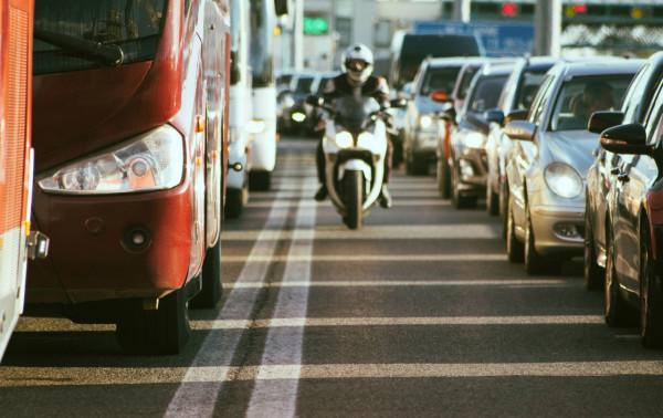 La circulation des deux-roues entre les files de voitures de nouveau autorisée dans 21 départements