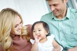 Les familles françaises adoptent désormais plus en France qu'à l'étranger