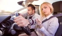 Le téléphone au volant n'est autorisé que lorsqu'on est garé hors d'une voie de circulation