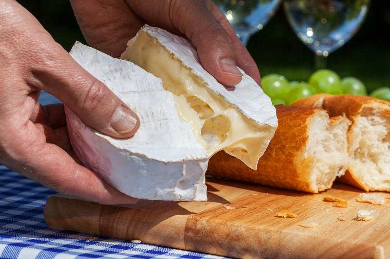 Le camembert AOP de Normandie ne sera plus forcément fabriqué au lait cru en raison d'une modification du cahier des charges