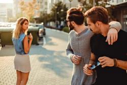 Les gestes déplacés et sifflements visant les femmes dans l'espace public seront punis d'une amende allant de 90 à 750 €