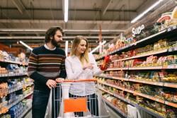 Bombe de sucre, sel, additifs, pesticides : 100 aliments ultra-transformés parmi les plus vendus dans les supermarchés