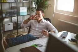 L'alcool est plus consommé lorsque les personnes travaillent au contact du public, toutes catégories socioprofessionnelles confondues