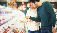Plus de transparence sur l'étiquetage des denrées alimentaires à compter de 2023: devront figurer des mentions telles que «nourri aux OGM», le mode d'élevage et l'origine du produit