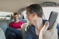 Un statut intermédiaire pour les travailleurs indépendants des plateformes de services comme Uber et Deliveroo à l'étude
