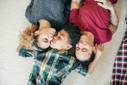 Coparentalité pour les couples homosexuels non mariés et les célibataires
