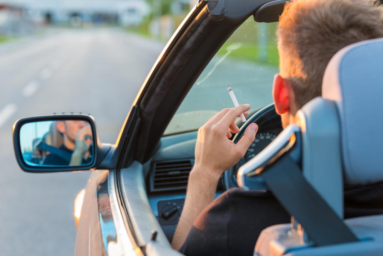 Fumer au volant: est-ce interdit?