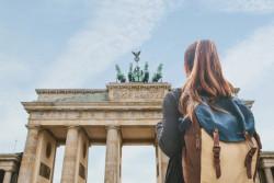 Partir en vacances sans ses parents: préparation et aides