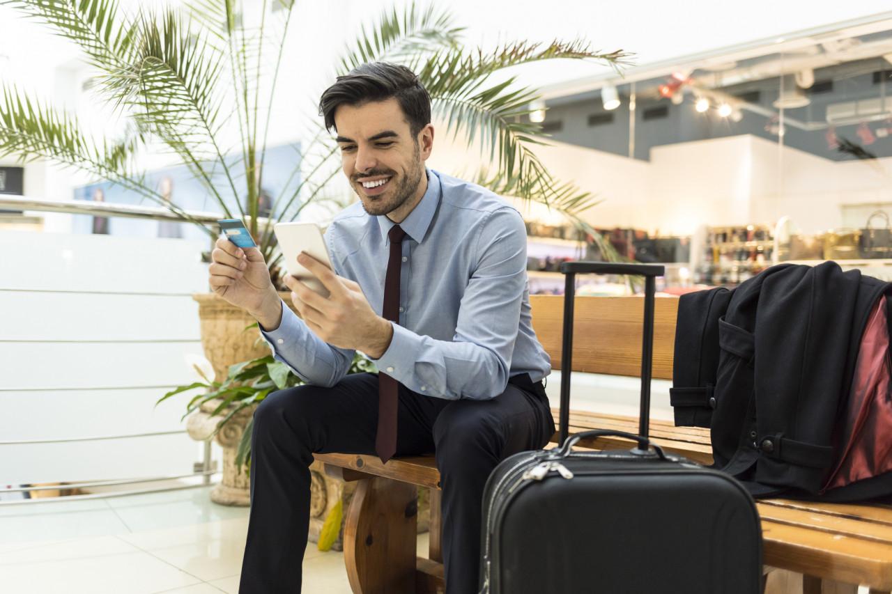 Contrôle de la carte bancaire de réservation du vol avant l'embarquement