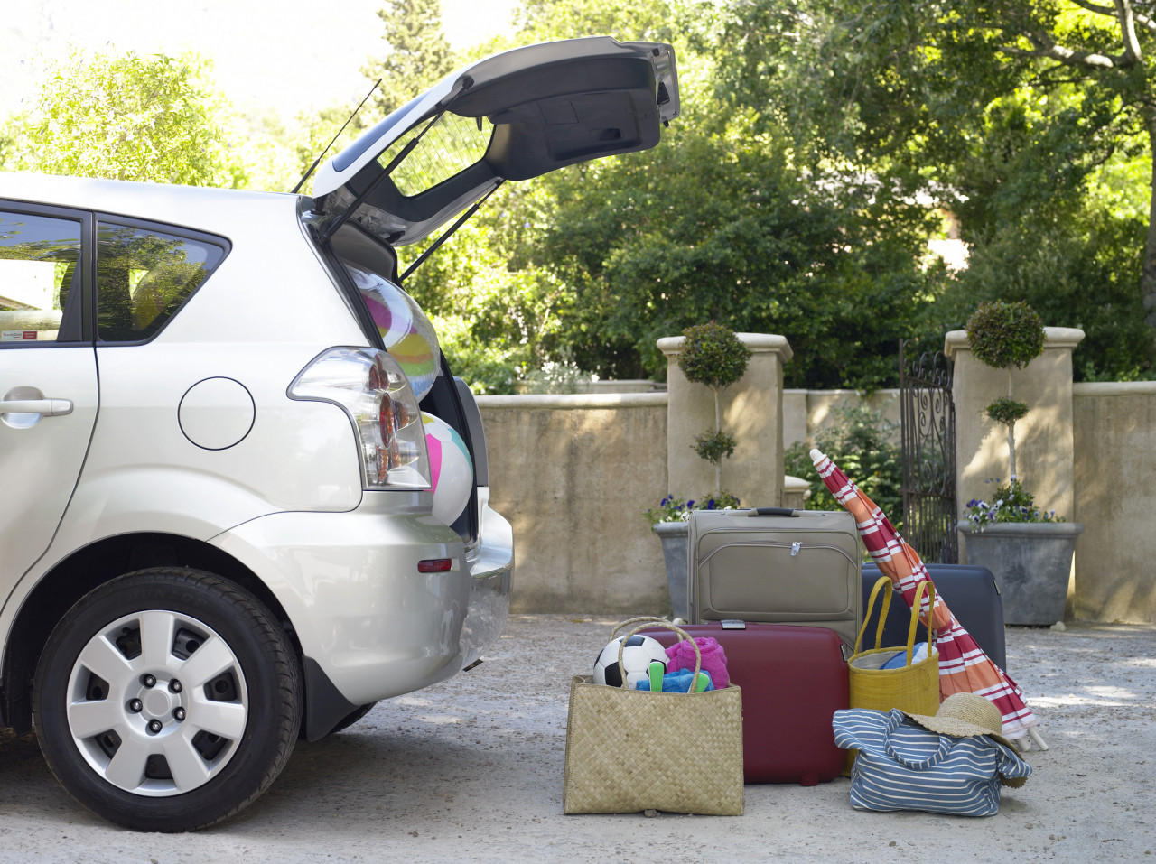 Comment optimiser le rangement de son coffre de voiture avant un départ ?