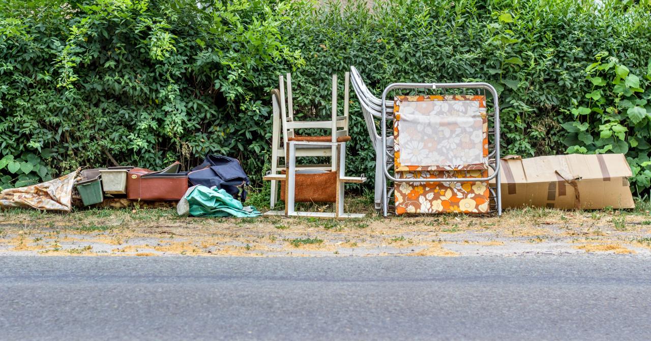L'abandon d'ordures et d'encombrants sur la voie publique est passible d'une amende administrative de 500 €