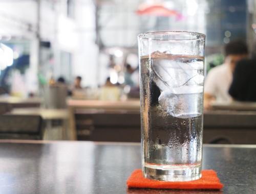 Demander un verre d'eau dans un café ou un bar, est-ce gratuit ?