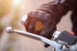 Port de gants à moto: les modèles homologués et les sanctions encourues