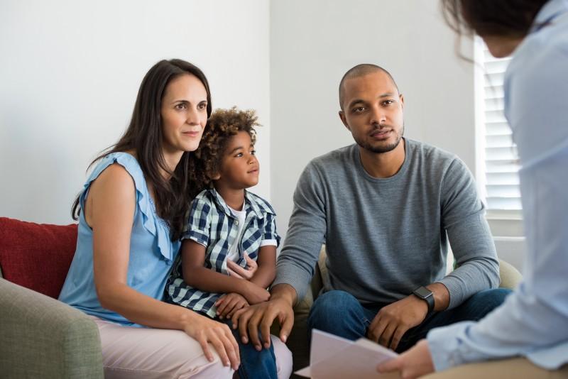 Comment se déroulent les visites des enfants par leurs parents en présence d'un tiers?