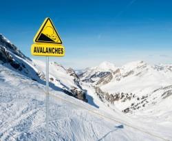 Risques d'avalanches hors des pistes : connaitre la signification des drapeaux et pictogrammes avant de partir skier