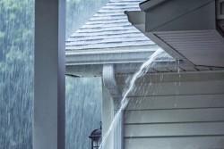 Écoulement des eaux de pluie du terrain du voisin : servitudes applicables et recours possibles