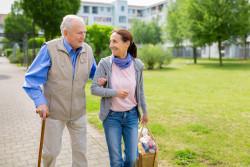 Vieillir à domicile : les aides de l'Agirc-Arrco et démarches pour en bénéficier